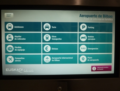 pantalla tactil de la oficina tecnologica de turismo del aeropuerto de bilbao